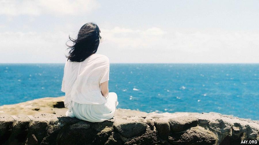 ảnh cô gái ngồi buồn trước biển