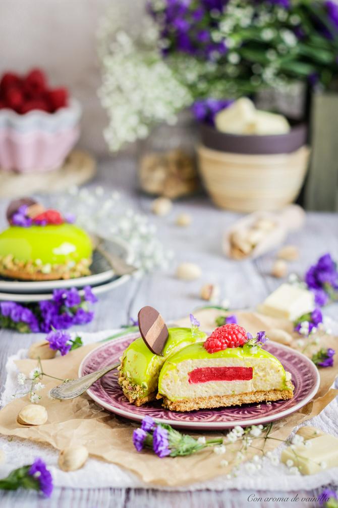 Mousse pistacho con frambuesa y glaseado espejo