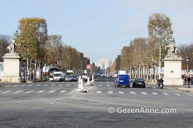 Paris'in ünlü alışveriş caddesi Şanzelize