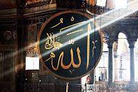 Ayasofya Camiinde asılı olan büyük ve yuvarlak Allah yazılı levha