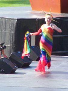 La cantante, vestida de la estatua de la libertad con los colores del arco iris, en la VII edición de los Gay Games de NUeva York