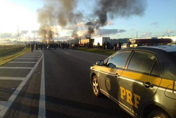 Manifestantes bloqueiam a BR-277, na altura do quilômetro 69, em São José dos Pinhais, no Paraná Eric Zardo/Divulgação PRF