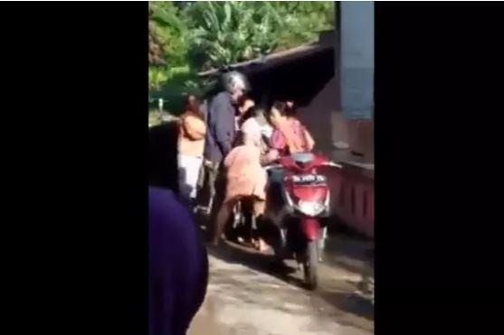 Dua Ibu-ibu Berkelahi Karena Pinjem Motor Tak Isi Minyak, Satu Tewas