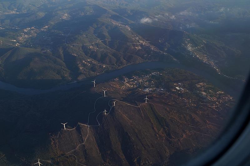 Portugal Windräder und Berge vom Flugzeug aus