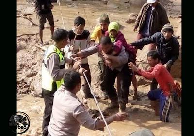 Foto : POLRI dan warga evakuasi korban bencana banjir bandang Desa Sukakerti, Kec. Cisalak, Kab. Subang.