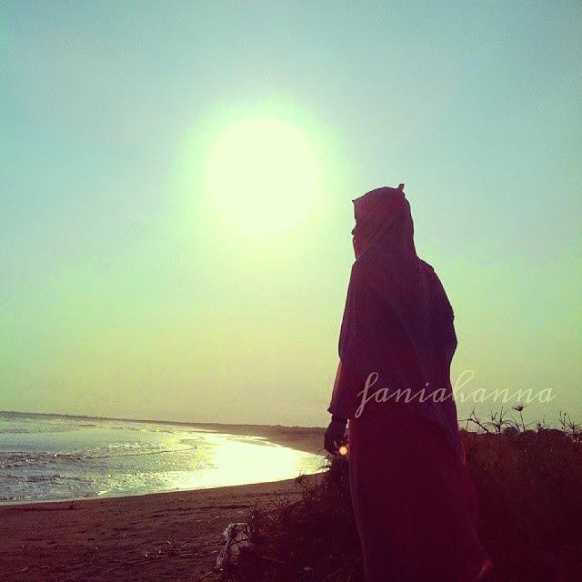 muslimah berhijab syar'i di pantai