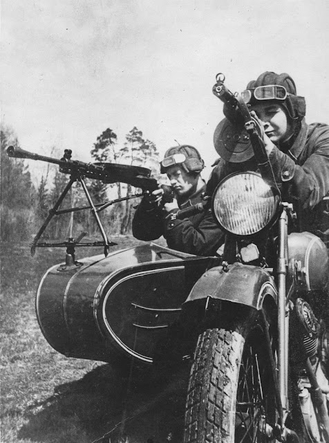 Red Army soldiers are on a TIZ AM-600 motorcycle with a mounted DP-27 machine gun, July 1941 worldwartwo.filminspector.com