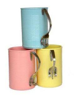 Taza o vaso con latas de aluminio
