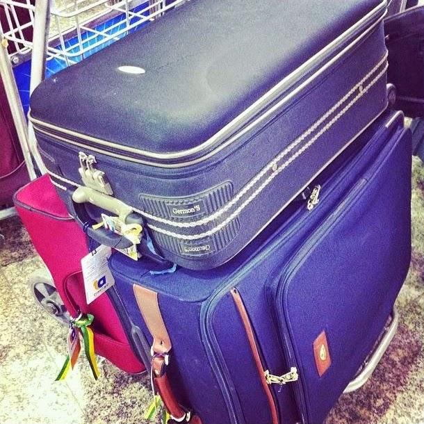 malas no carrinho do aeroporto