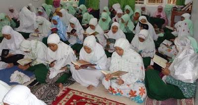 Santriwati membaca Al-Qur'an