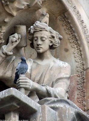 Motivationslos Arbeiten lustige Statue an Kirche witzig