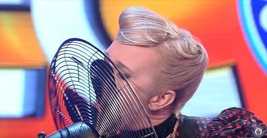 Mulher bate bizarro recorde parando ventiladores com a língua - Img 1