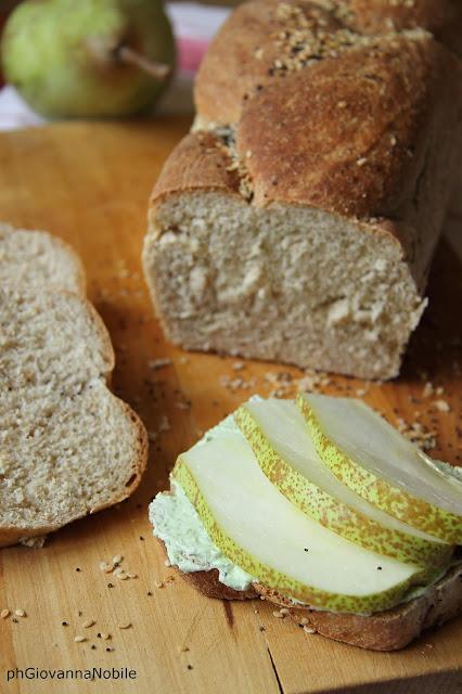 Tramezzini di pane ai 5 cereali farciti con prosciutto cotto Lenti & Lode, crema di caprino e rucola, pera