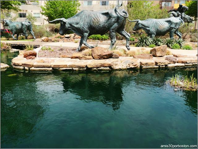 Escultura de los Longhorn en la Baccus Plaza de Plano