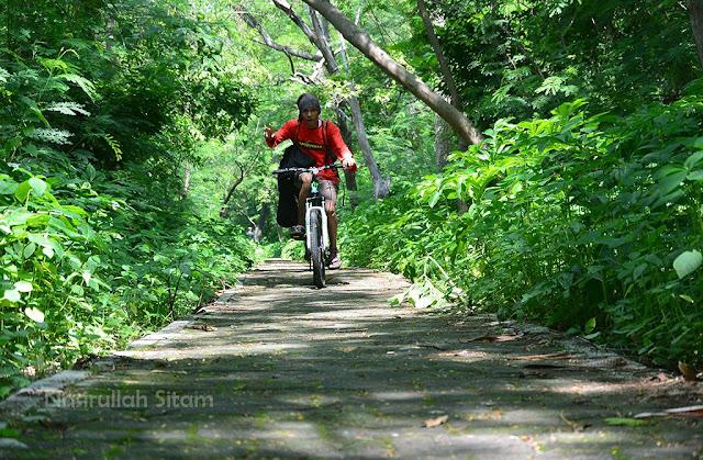 Sejuk banget kan bersepeda di pulau panjang