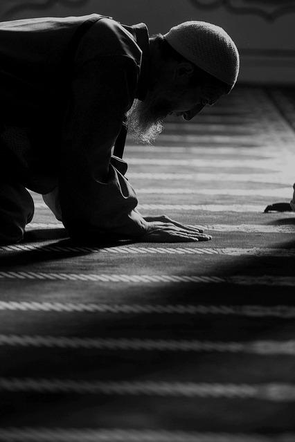 Ben bir erkek olarak eşimin teyzesi ve halası benim de kendi teyzem ve halam gibi mi oluyor elini öpmek yanında durmak veya onların bize misafir olarak gelmesi kalması doğru mudur yanlış mıdır ?