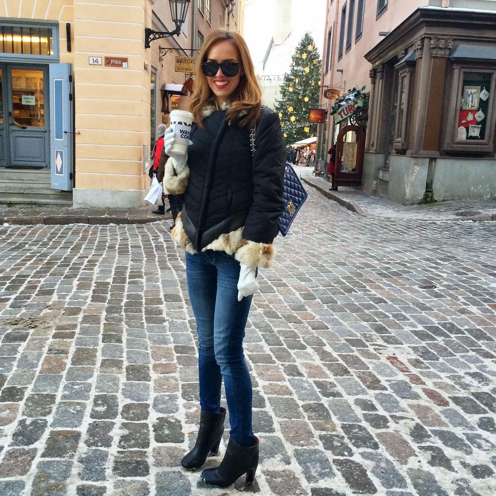 tallinn-old-town-christmas-market-winter-outfit-jeans-fur-jacket-coffee
