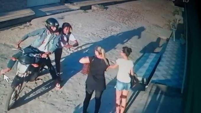 VÍDEO - Casal é flagrado por câmeras de segurança assaltando mulheres em via pública