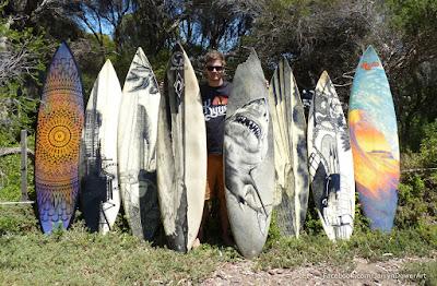 Varias tablas de surf recicladas con diferentes diseños