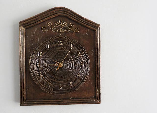 DIY: Como Fazer um Relógio de Parede com Jornal e Papelão