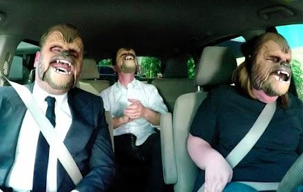 Chewbacca Mom Takes James Corden to Work | J.J. Abrams x Candace Payne und Cordon tragen die Chewie Maske