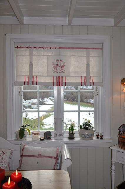 Modernistisk Husmannsplassen i Hidlesundet: Nye julegardiner PA-34