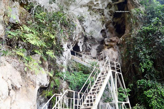 64 anak tangga menuju Leang Petta Kere  di Taman Prasejarah Leang Leang Maros | © JelajahSuwanto