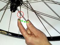 centrowanie kół rowerowych - odpuszczanie naprężeń na krzyżach