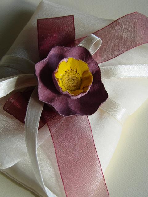 bomboniere con fiori di carta e margherite pressate per matrimonio Green nelle Langhe