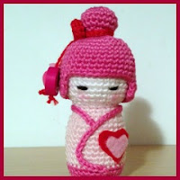 Kokeshi rosa amigurumi