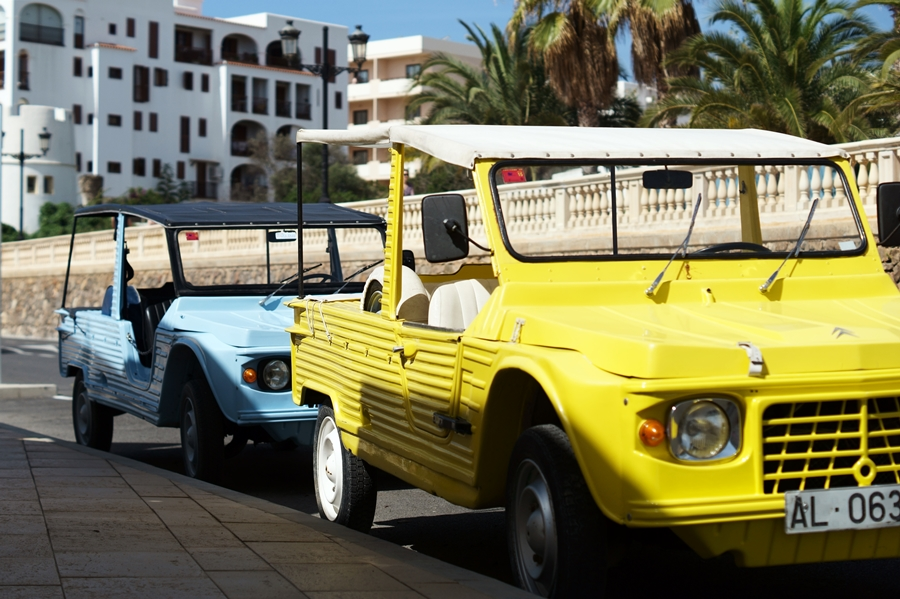Blog + Fotografie by it's me! - Reisen - La Isla Blanca Ibiza, Santa Eurlaria - Autos am Straßenrand