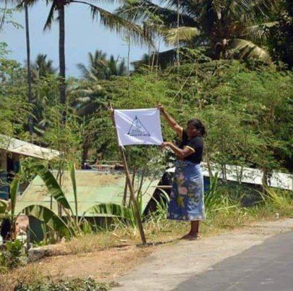 Terharu dengan Ketulusan FPI, Seorang Ibu Korban Gempa Lombok Kibarkan Bendera FPI