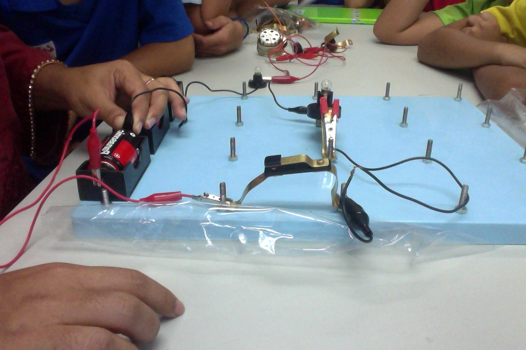 Series Circuit Left And The Corresponding Circuit Diagram Right