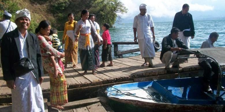 Menyebrang danau batur menuju desa trunyan
