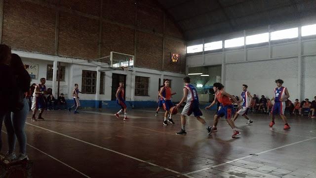 Atlético y Unión juegan el provincial de básquet.