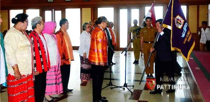 Ketua Umum Ikatan Keluarga Alumni Lemhanas RI (IKAL), Agum Gumelar melantik pengurus IKAL Komisariat Maluku periode 2017 - 2022 yang diketuai Said Assagaff yang juga Gubernur Maluku, di Ambon, Senin (9/10).