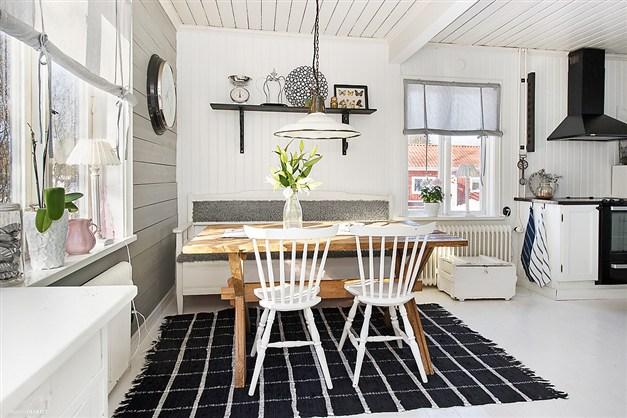 loc de luat masa in bucatarie in alb si negru