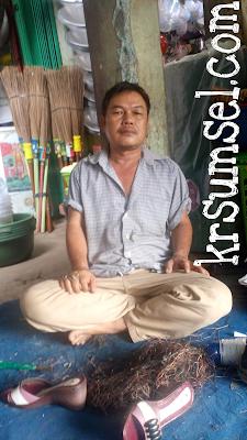 Pak Sudirman Jalani Usaha Pengesol Sepatu Selama 25 Tahun