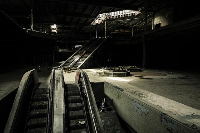 Cenas de um shopping abandonado