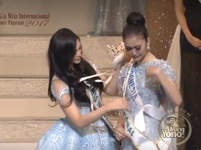 FOTO : Pemenang Miss International 2016 Kylie Verzosa   memberikan ucapan selamat sekaligus memberikan mahkota kepada   Miss International 2017 wakil Indonesia Kevin Lilliana