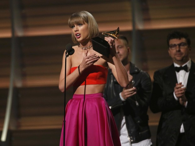 Taylor Swift recebe prêmio de álbum do ano com o disco '1989' no 58º Grammy (Foto: Mario Anzuoni/Reuters)