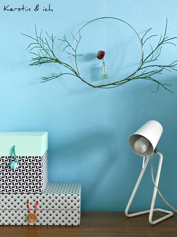 Bunte Frühlingsdeko mit Metallring, Blumen und Zweigen