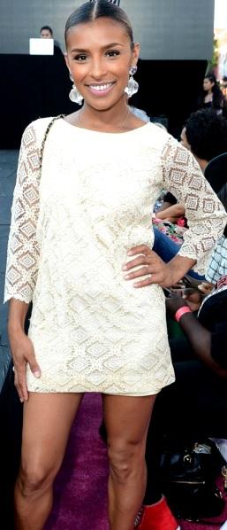 Foto de Melody Thornton con vestido blanco