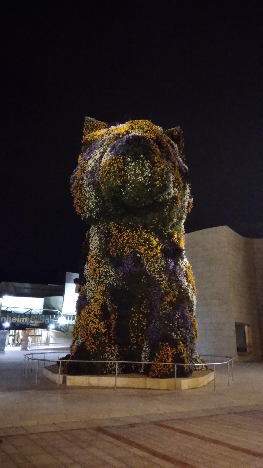Pies z kwiatów w centrum Bilbao