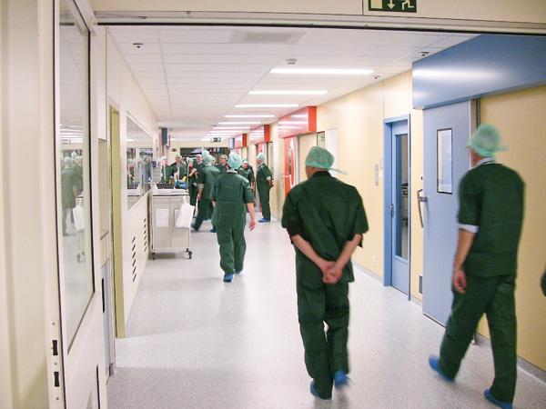 La femme d'un haut responsable malmène des médecins pour soigner en priorité un de ses proches.