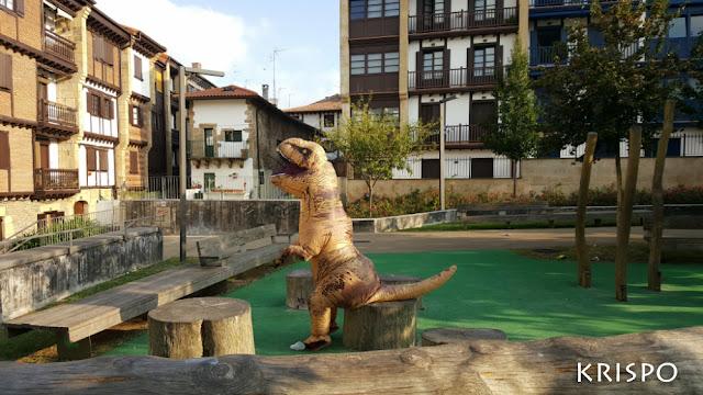 T rex sentado en un tronco en hondarribia