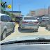 Vias no entorno do Hiper Ponta Negra com trânsito estacionado