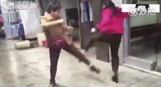 Μεσόκοπες Κινέζες παίζουν ξύλο στο δρόμο και το διαδίκτυο… πέφτει! (BINTEO)