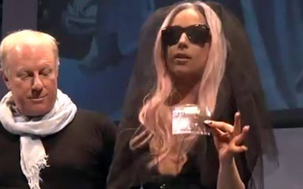 A Polaroid (empresa de câmeras fotográficas e outros equipamentos) contratou Lady Gaga