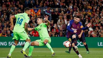 Messi faz o gol da vitória sobre o Levante que garante título ao Barcelona (Foto: Reuters)